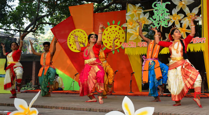 শুক্রবার (১৪ই ফেব্রুয়ারী) ঢাকা বিশ্ববিদ্যালয়ের চারুকলার বকুলতলায় 'জাতীয় বসন্ত উৎসব উদযাপন পরিষদ' বসন্ত বরণ অনুষ্ঠান করে। ছবি- কাশেম হারুন