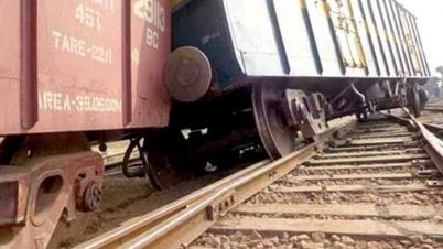 ট্রেন লাইনচ্যুত, রাজশাহী থেকে সব রুটের রেল যোগাযোগ বন্ধ