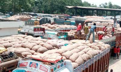 ভারতে পেঁয়াজের রপ্তানিমূল্য বাড়ল দ্বিগুণ, প্রভাব বেনাপোল বন্দরে