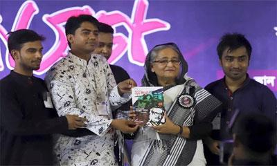 প্রধানমন্ত্রীর হাতে ছাত্রলীগের নতুন ম্যাগাজিন 'জয় বাংলা'