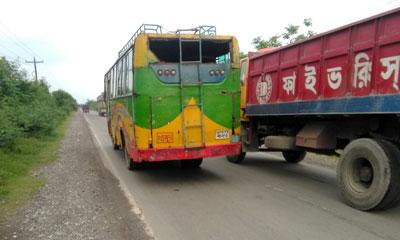 খুলনায় বেপরোয়াভাবে চলছে যানবাহন