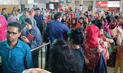 কমলাপুর রেলস্টেশনে টিকিট প্রত্যাশীদের ভিড়