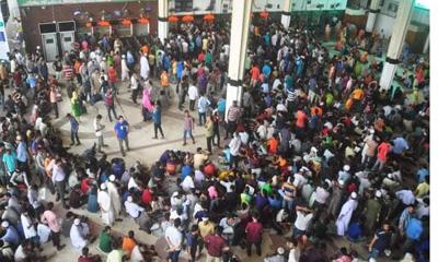 টিকিটের জন্য কমলাপুর স্টেশনে যাত্রীদের উপচে পড়া ভিড়