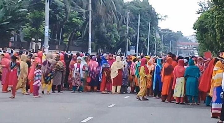 তেজগাঁওয়ে ছাঁটাই-নির্যাতনের প্রতিবাদে পোশাক শ্রমিকদের আন্দোলন