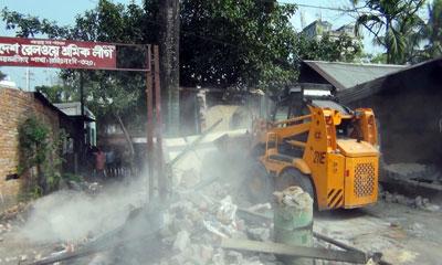 ময়মনসিংহে রেলওয়ের অবৈধ স্থাপনা উচ্ছেদ
