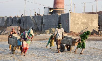ইটভাটাতেও নারী শ্রমিকরা মজুরি বৈষম্যের শিকার