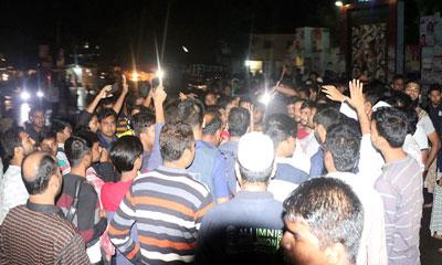 পাবনা এডওয়ার্ড কলেজে বহিরাগতদের হামলা : প্রতিবাদে সড়ক অবরোধ
