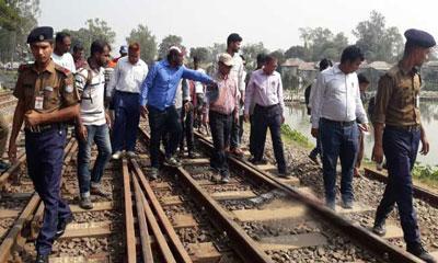 সিরাজগঞ্জে ট্রেন দুর্ঘটনাস্থল পরিদর্শনে তদন্ত কমিটি